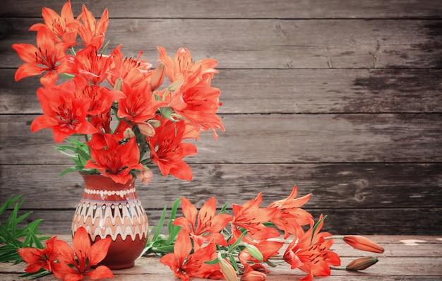 Lírio laranja em fundo de madeira Foto Premium