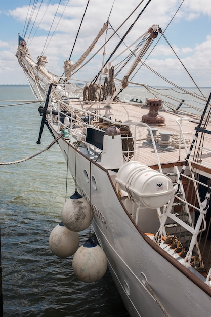 Lisboa, portugal: 22 de julho de 2016 - a corrida alta dos navios é um evento náutico grande onde os navios majestosos grandes com velas são apresentados ao público para a visitação. Foto Premium
