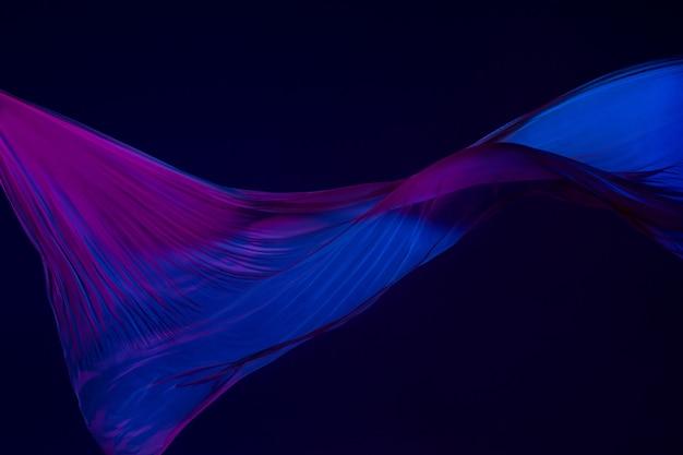 Liso elegante pano azul transparente separado na parede azul. Foto gratuita