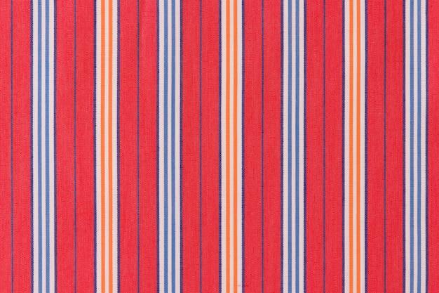 Listras azuis e laranja em fundo vermelho Foto gratuita