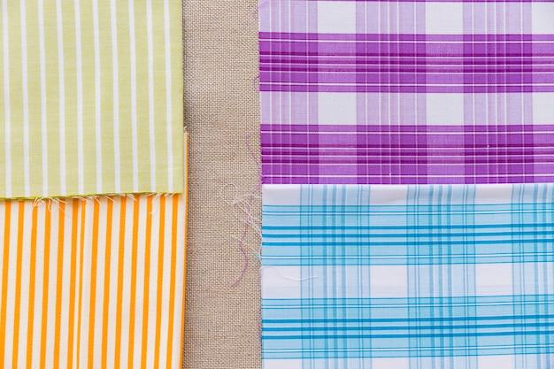 Listras coloridas e tecido de linha padrão em pano de saco simples Foto gratuita