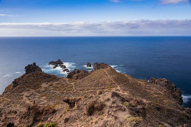 Litoral de formação vulcânica de punta de juan centellas, icod de los vinos, tenerife, ilhas canárias, espanha Foto Premium