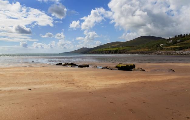 Litoral do oceano em montanhas de witn de dia ensolarado Foto Premium
