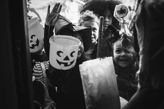 Little crianças doces ou travessuras no halloween Foto gratuita