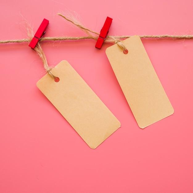 Little paper tallies pendurado na linha Foto gratuita