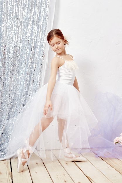 Little prima ballet jovem bailarina garota se preparando Foto Premium