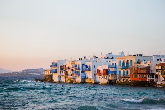 Little venice a atração mais popular na ilha de mykonos, à luz da noite na grécia, cyclades Foto Premium