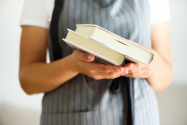 Livro aberto da rapariga leitura. Foto Premium