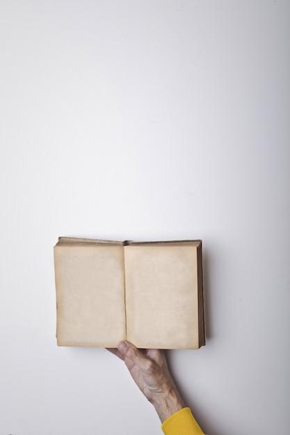 Livro aberto em uma mão Foto Premium