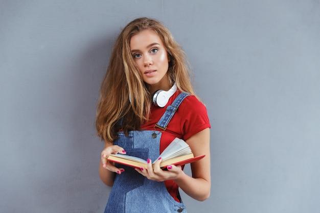 Livro adolescente jovem, segurando Foto gratuita