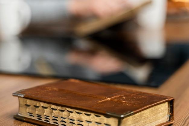 Livro bíblico na mesa da cozinha Foto gratuita