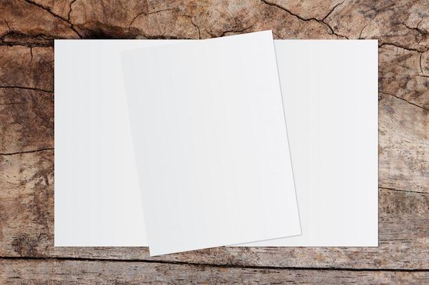 Livro branco e espaço para texto em fundo de madeira velho Foto Premium