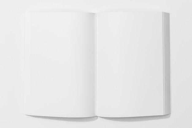 Livro branco sobre fundo branco Foto gratuita