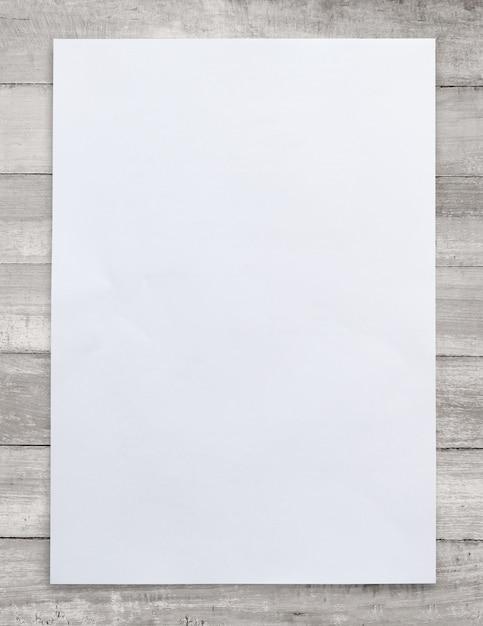 Livro branco sobre fundo de madeira Foto Premium