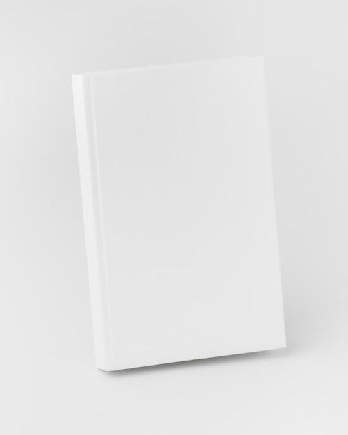 Livro de alto ângulo alinhado na mesa Foto gratuita