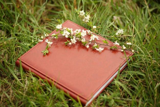 Livro de fotos na grama Foto Premium