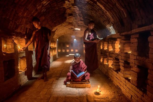 Livro de leitura de monge noviço Foto Premium