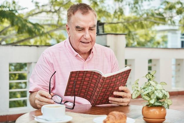 Livro de leitura do homem envelhecido Foto gratuita