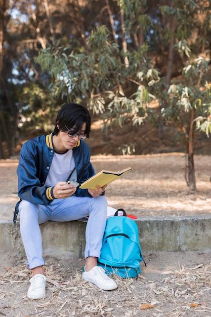 Livro de leitura jovem estudante asiática Foto gratuita