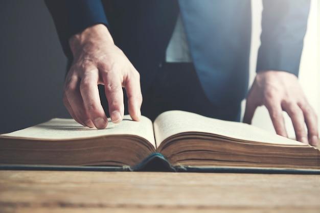 Livro de leitura jovem Foto Premium