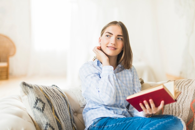 Livro de leitura linda mulher elegante Foto gratuita