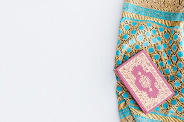 Livro do alcorão e tapete tradicional Foto gratuita