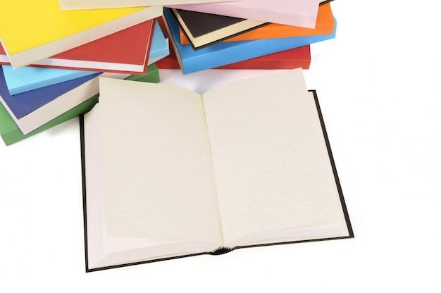 Livro em branco com coleção de livros coloridos Foto gratuita