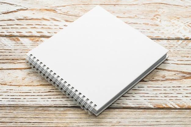 Livro em branco simulado acima no fundo de madeira Foto gratuita