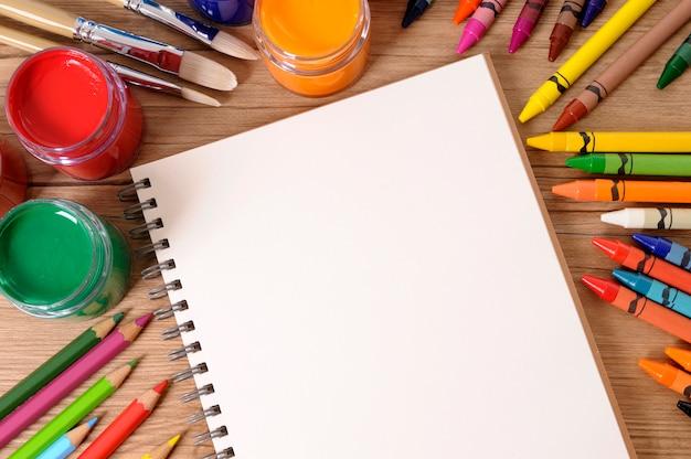 Livro escolar com equipamentos de última geração Foto gratuita
