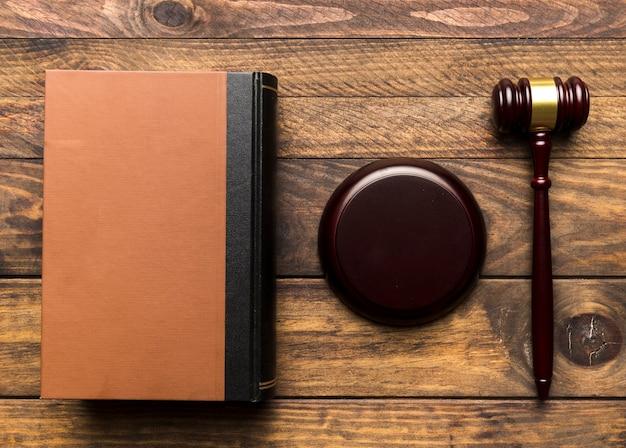 Livro plano leigo com juiz martelo e suporte Foto gratuita