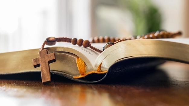 Livro sagrado aberto com rosário Foto Premium