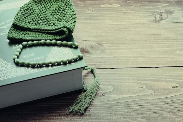 Livro sagrado alcorão com rosário. conceito de oração. tonificado Foto Premium