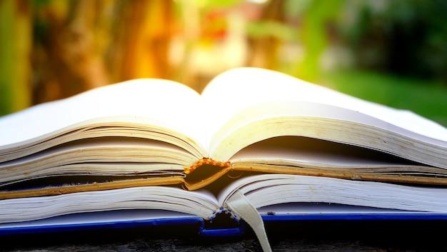 Livros abertos na mesa de madeira Foto Premium