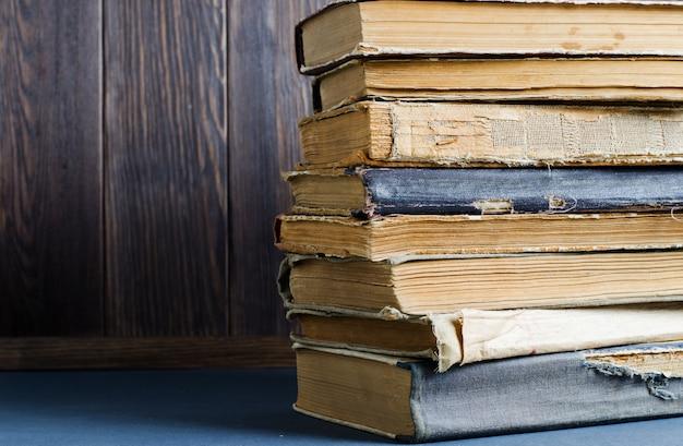 Livros antigos com amassado Foto Premium