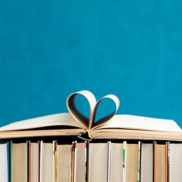 Livros de vista frontal com espaço de cópia Foto Premium