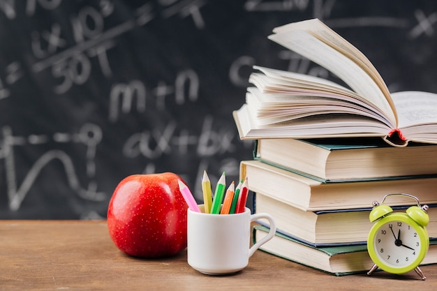 Livros didáticos na mesa do professor Foto Premium