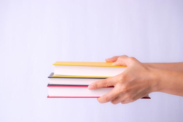 Livros em mãos. de volta à escola. Foto Premium