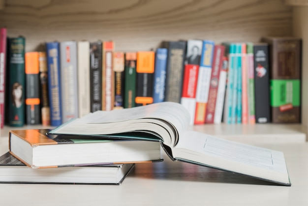 Livros, mentindo, prateleira Foto gratuita