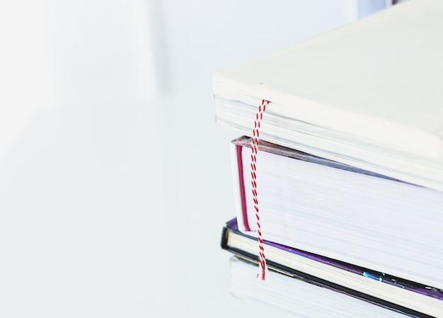 Livros sobre a mesa Foto gratuita