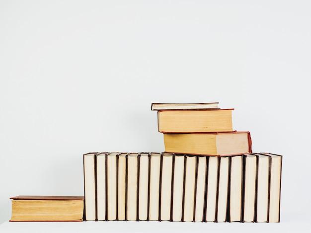 Livros vintage lindos com páginas amarelas sobre uma mesa branca Foto Premium