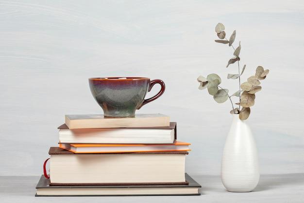 Livros, xícara de café, óculos de leitura Foto Premium