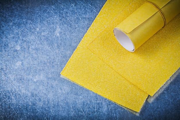 Lixa amarela em ferramentas abrasivas de fundo metálico Foto Premium