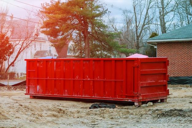 Lixeira carregada perto de um canteiro de obras, renovação home Foto Premium