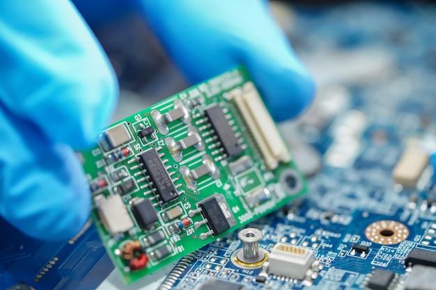 Lixo eletrônico, técnico reparando dentro do disco rígido. Foto Premium
