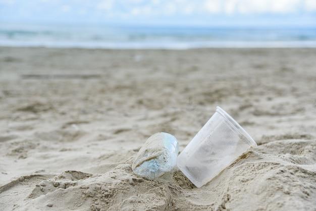 Lixo no mar com garrafa de plástico Foto Premium
