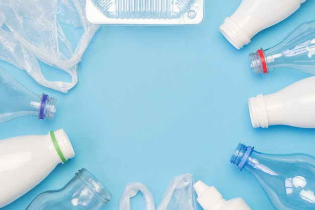 Lixo plástico diferente sobre fundo azul. Foto Premium