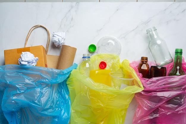 Lixo separado em sacos de lixo de acordo com o tipo. Foto gratuita