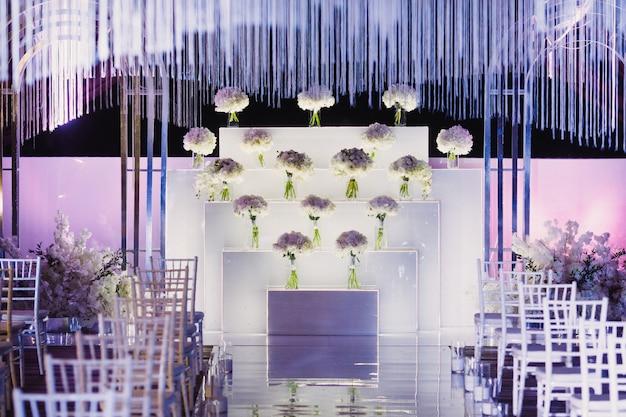 Local da cerimônia de casamento decorado em branco e roxo Foto gratuita