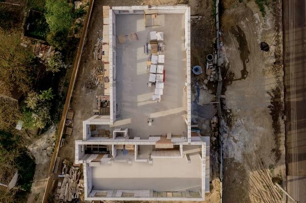 Local de construção de uma casa em construção feita de blocos de concreto de espuma branca. construindo um novo quadro de casa Foto Premium