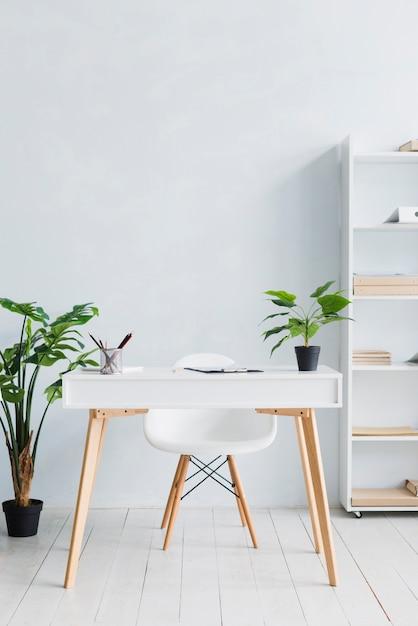 Local de trabalho aconchegante no escritório leve Foto gratuita